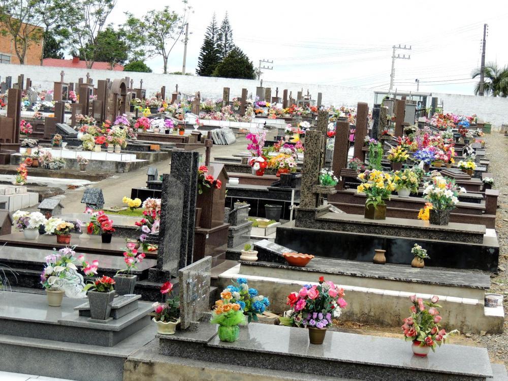 "Prefeitura realiza limpeza no cemitério municipal para o ""Dia de Finados"""