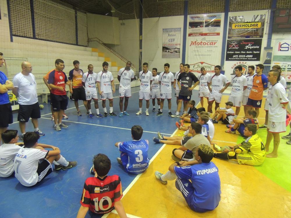 Floripa Futsal se reúne com crianças da categoria de base de Ituporanga