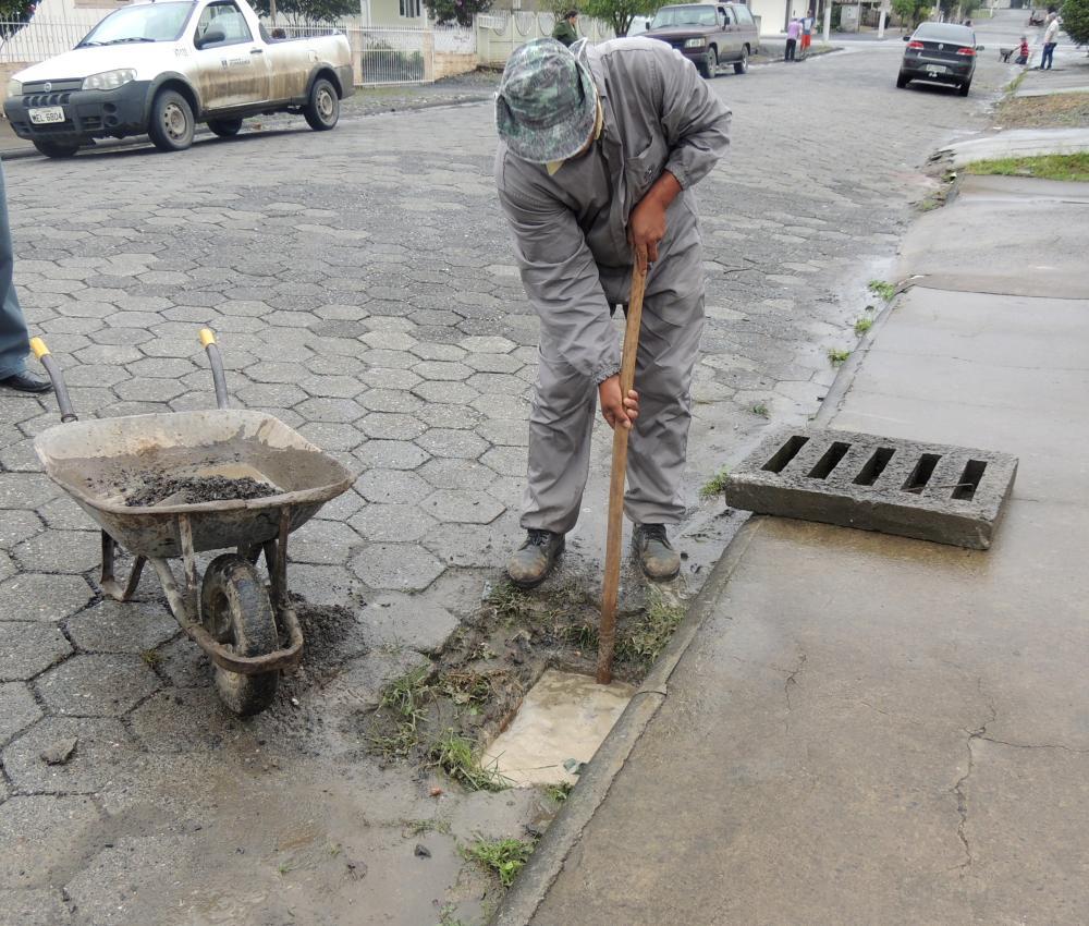 Prefeitura realiza mutirão de limpeza em bocas de lobo