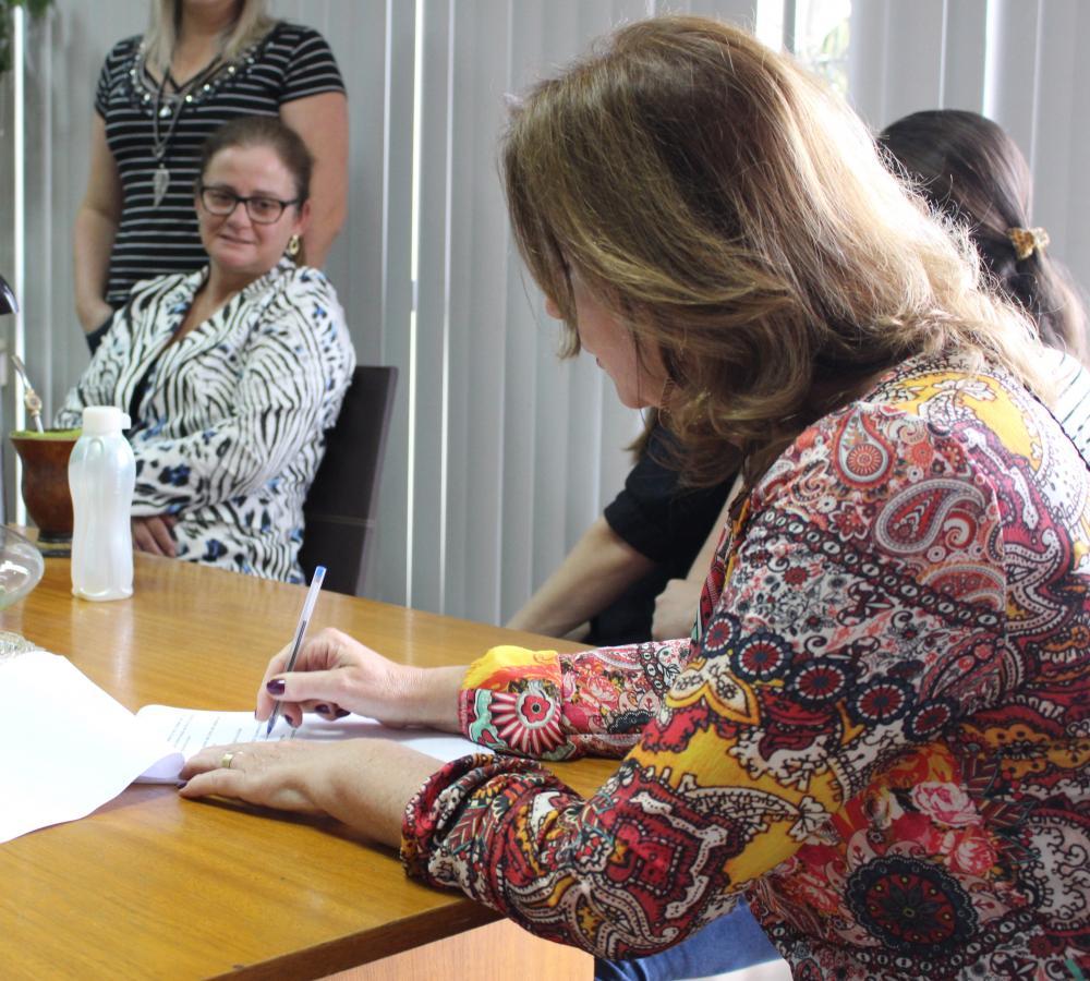 Angelita assina decreto que viabiliza progressão por mérito dos servidores municipais de Ituporanga