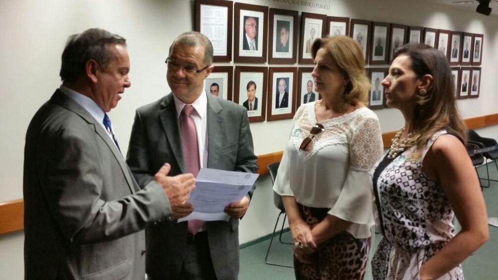 Angelita busca recursos em Brasília para pavimentar Rua Hugo Haverroth