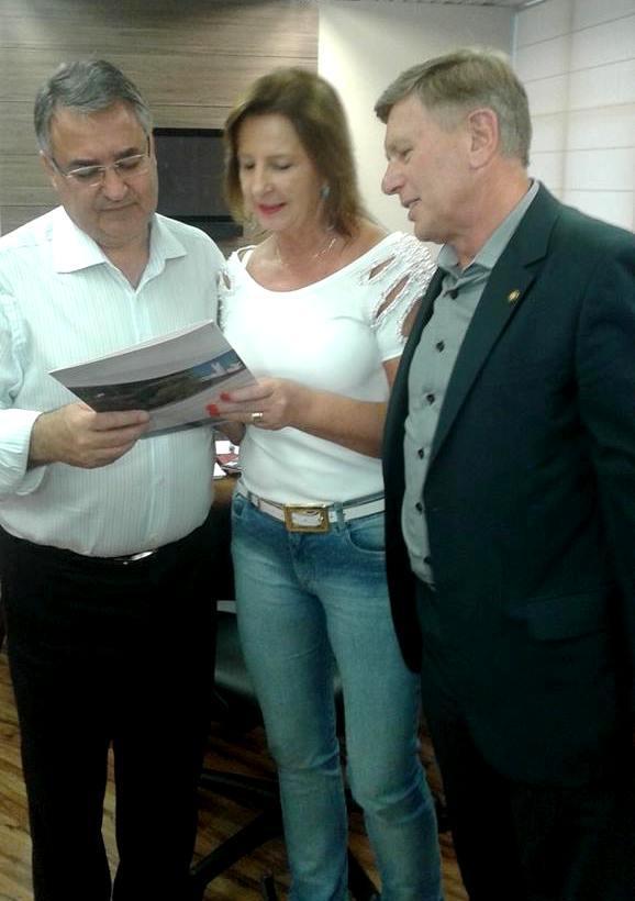 Angelita protocola pedidos de recursos em Florianópolis