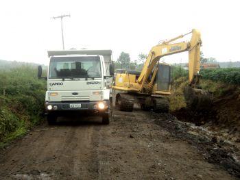 Secretaria de Obras de Ituporanga trabalha na limpeza e recuperação de estradas do interior
