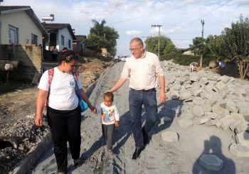 Rua Ascendino Santos Moreira está sendo pavimentada