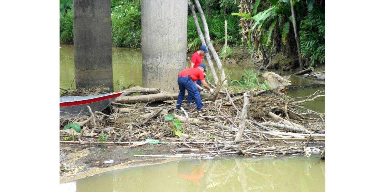 Defesa Civil de Ituporanga recolhe entulhos do Rio Itajaí do Sul
