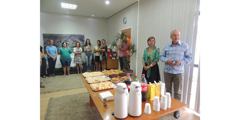 Prefeito toma café com servidoras no Dia da Mulher