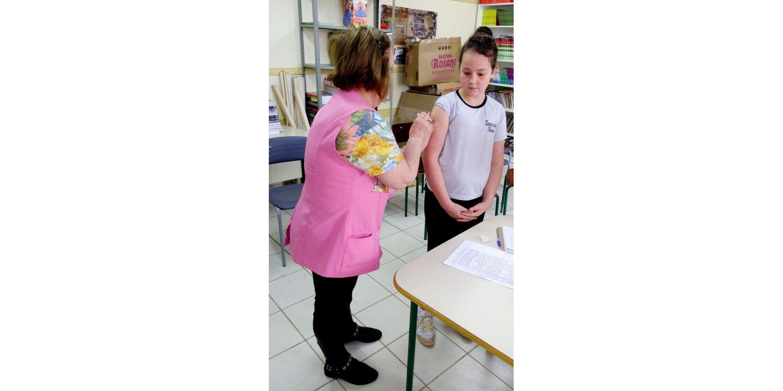 Equipe da secretaria da saúde realiza vacinação contra HPV nas escolas do município