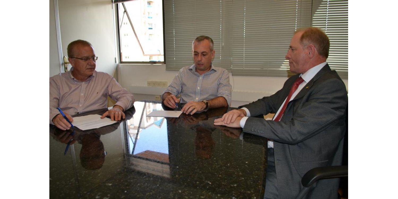 Prefeito Arno cobra pagamento de convênios ao Hospital Bom Jesus em audiência na Secretaria da Saúde