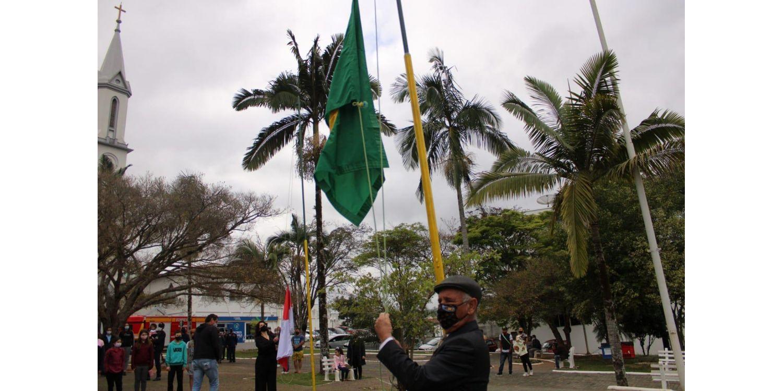 Abertura da Semana da Pátria foi marcada  pelo Hasteamento das bandeiras e apresentações culturais