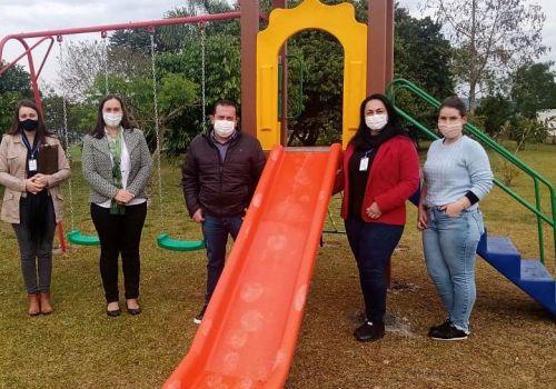 Administração adquire novo parquinho para o Centro Educacional de Rio Bonito