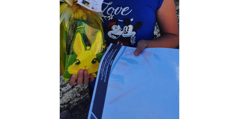 Administração faz entrega de cestas de páscoa para alunos que participam do Serviço de Convivência