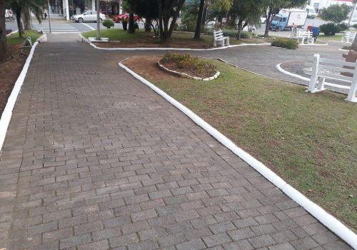 Administração realiza limpeza e pintura na Praça da Matriz  em Ituporanga