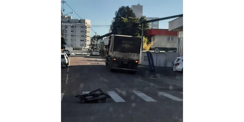 Caminhão colide e derruba semáforo no centro de Ituporanga