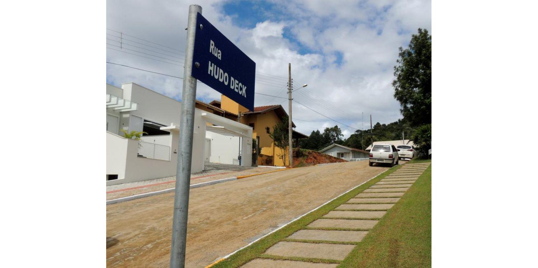Prefeitura conclui pavimentação da Rua Hudo Deck