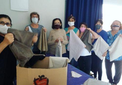 """Escola desenvolve projeto """"Do Rejeito ao Bem Feito"""" e mães são presenteadas com capas de almofadas"""