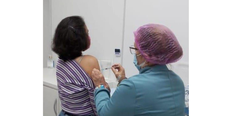 Mais 700 pessoas acima de 50 anos receberam a primeira dose contra a COVID no sábado (19)