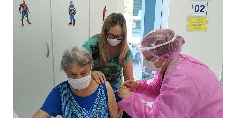 Mais de 160 idosos de 80 a 89 anos foram imunizados contra a COVID  no sábado em Ituporanga