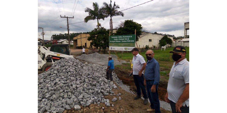 Retomadas as obras de pavimentação da Rua Augusto Willemann no Bairro Cerro Negro em Ituporanga
