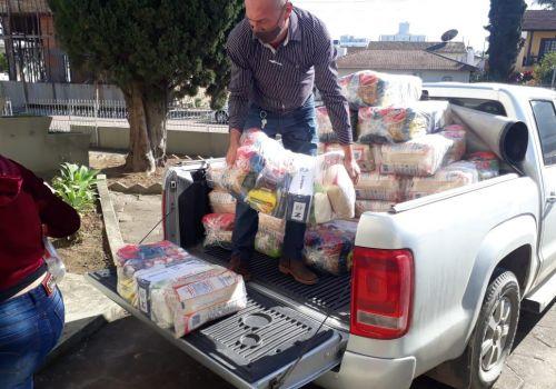 Sicoob doa alimentos para famílias carentes